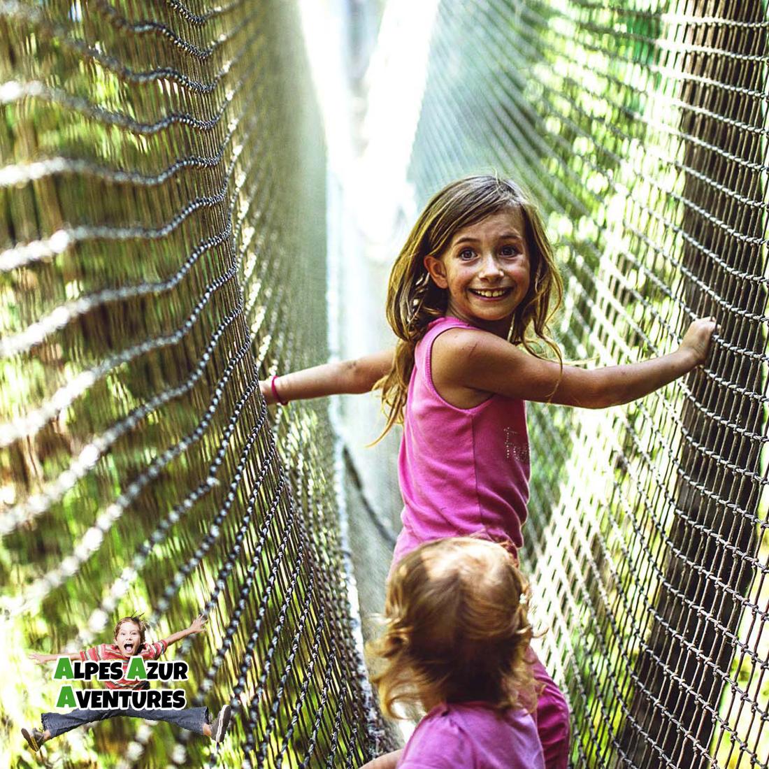 Enfants dans le parcours de filets - Bois des lutins